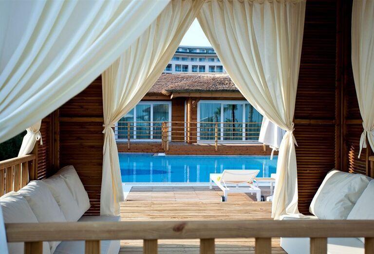 Príjemné posedenie pri bazéne v hoteli Kaya Palazzo Golf Resort