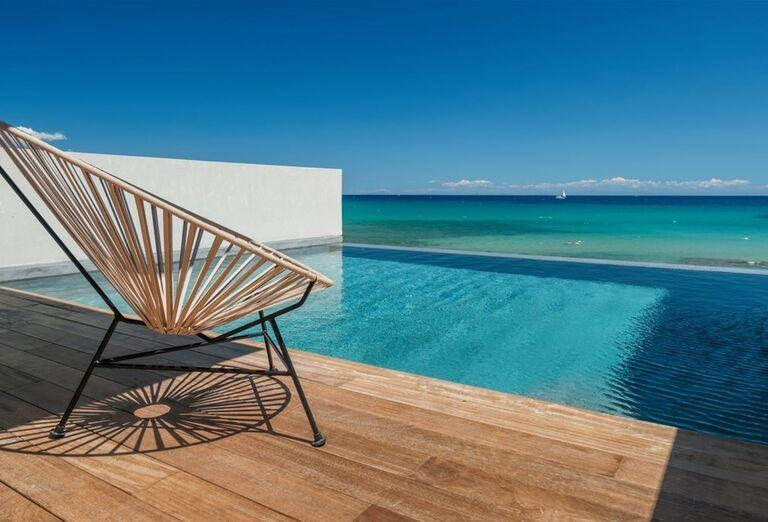 Kreslo na terase pri priamom vstupe do bazéna v hoteli TUI Sensimar Caravel Suites