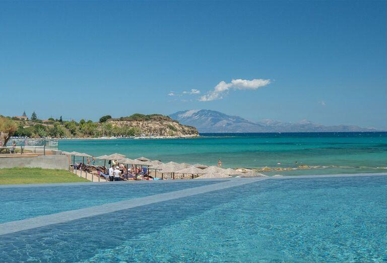 Výhľad od bazéna na more v hoteli TUI Sensimar Caravel Suites