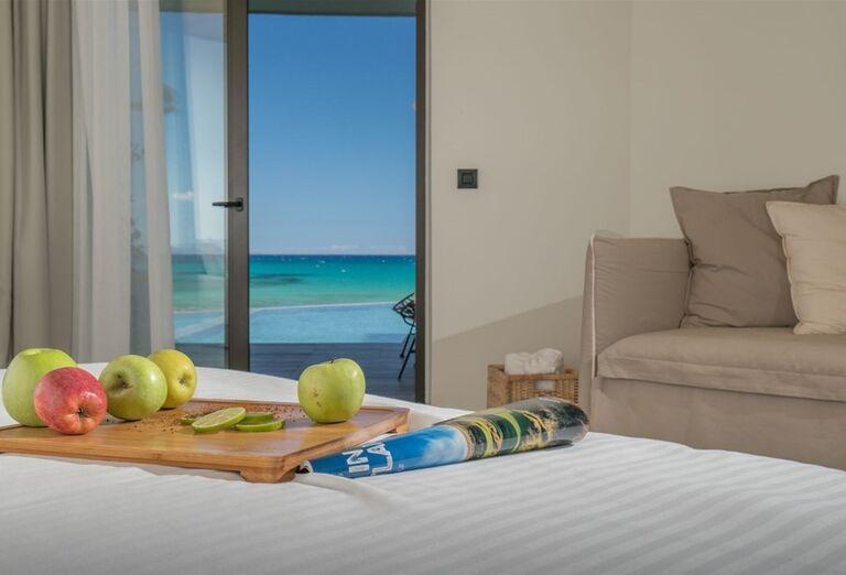 Ovocie na posteli v izbe hotela TUI Sensimar Caravel Suites