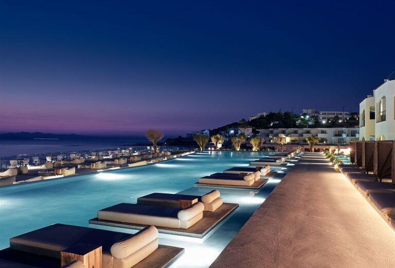 Luxusné ležadlá v bazéne v hoteli TUI Sensimar Caravel Suites