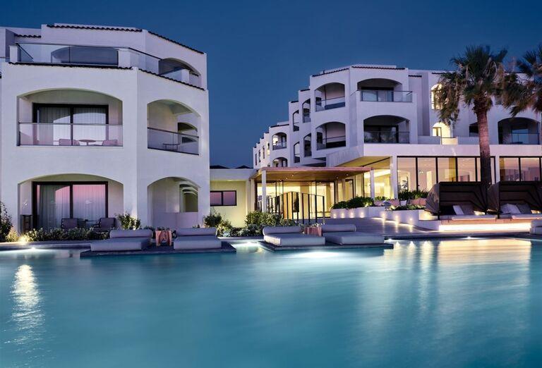 Večerný pohľad od bazéna na hotela TUI Sensimar Caravel Suites