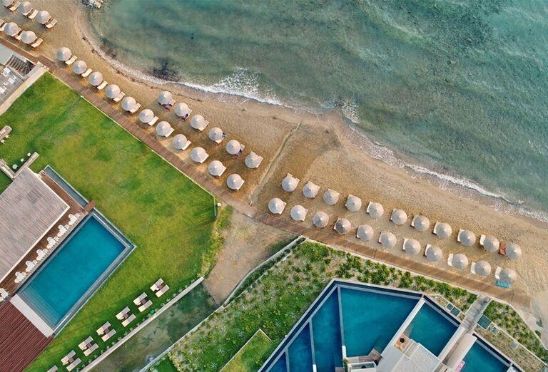 Pohľad z výšky na pláž a areál hotela TUI Sensimar Caravel Suites