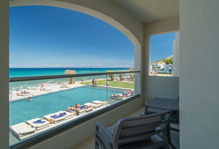 Výhľad na ležadlá pri bazéne v hoteli TUI Sensimar Caravel Suites