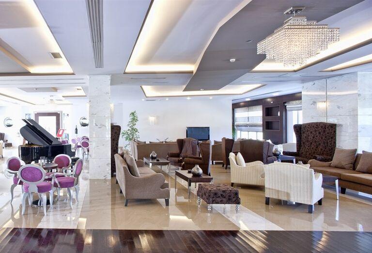 Posedenie pri klavíri v hoteli The Lesante Luxury Hotel & Spa