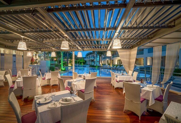 Reštaurácia pri bazéne v hoteli The Lesante Luxury Hotel & Spa