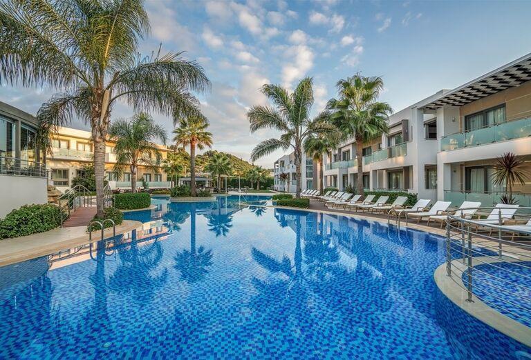 Bazén s ležadlami v hoteli The Lesante Luxury Hotel & Spa