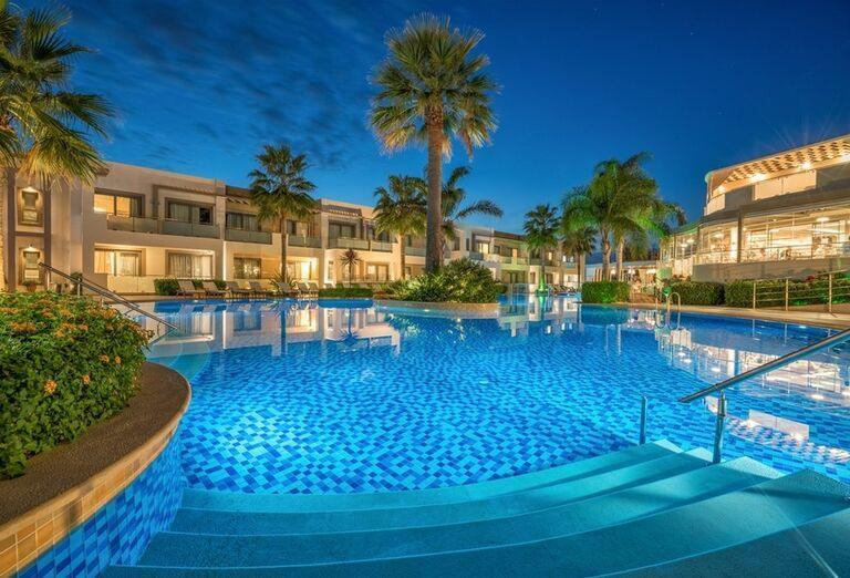 Pohľad na bazén a hotel The Lesante Luxury Hotel & Spa