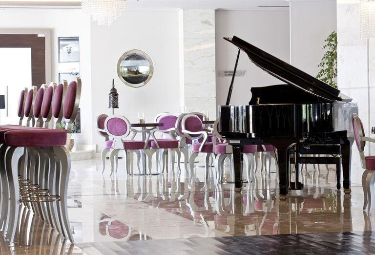 Hala s posedením pri klavíri v hoteli The Lesante Luxury Hotel & Spa