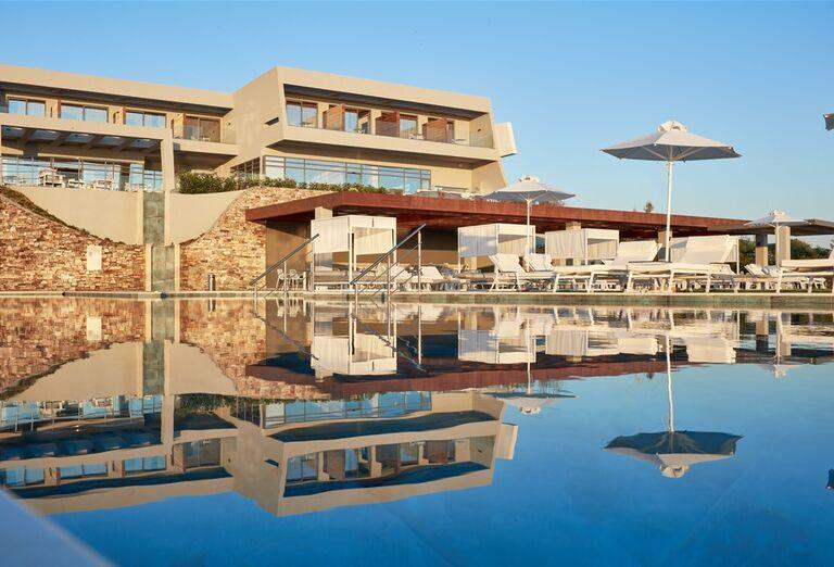 Pohľad od bazéna na hotel Lesante Blu Exclusive Beach Resort