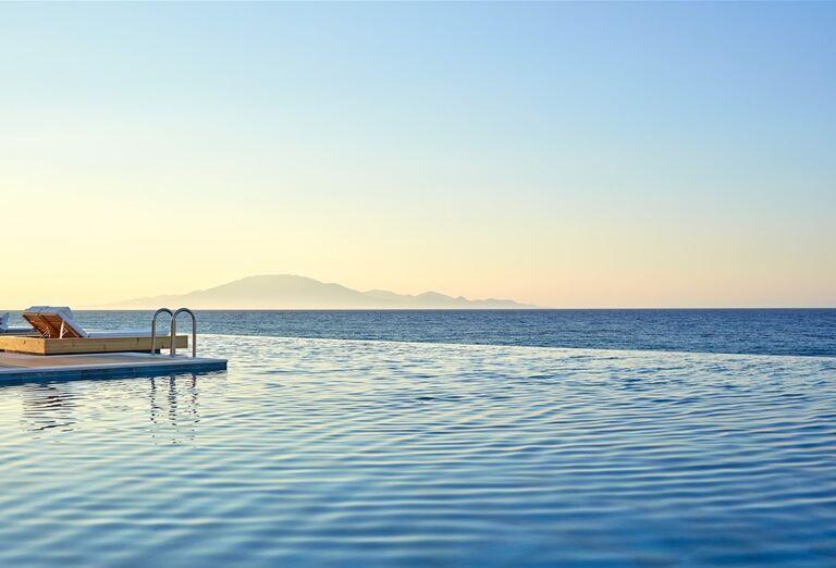 Ležadlá s priamym prístupom do mora v hoteli Lesante Blu Exclusive Beach Resort