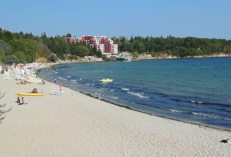 Pláž pred hotelom Viena, Nesebar, Bulharsko