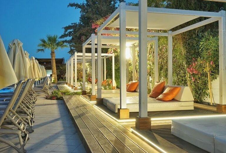 okolie bazéna v hoteli Melissi Beach