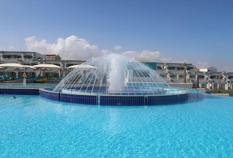 Bazén s fontánou v hoteli Limak Cyprus