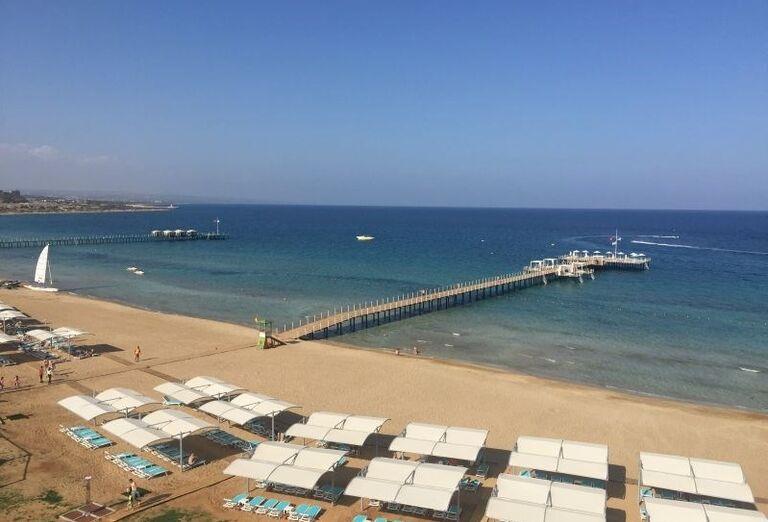 Piesková pláž pred hotelom Limak Cyprus
