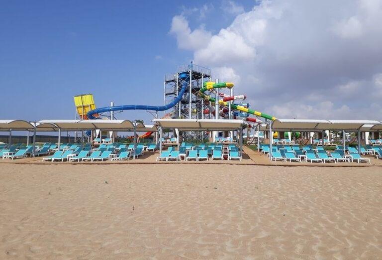 Pohľad od pláže na aquapark v hoteli Limak Cyprus