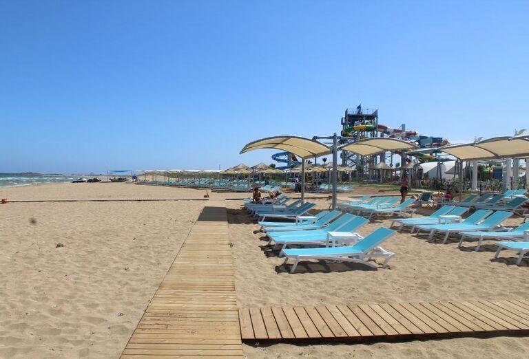 Piesočnatá pláž pri hoteli Limak Cyprus