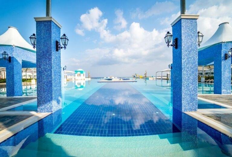 Vonkajší bazén hotela Limak Cyprus