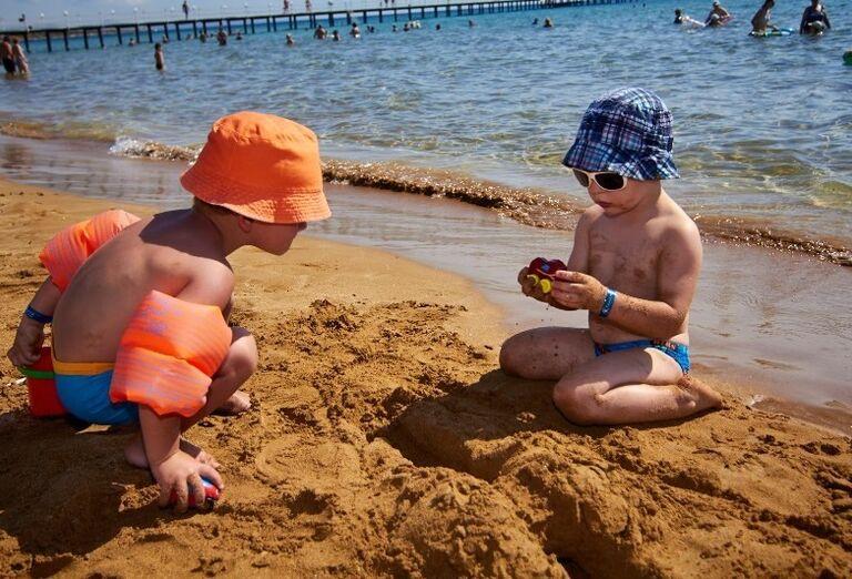 deti na pláži v hoteli Kaya Artemis