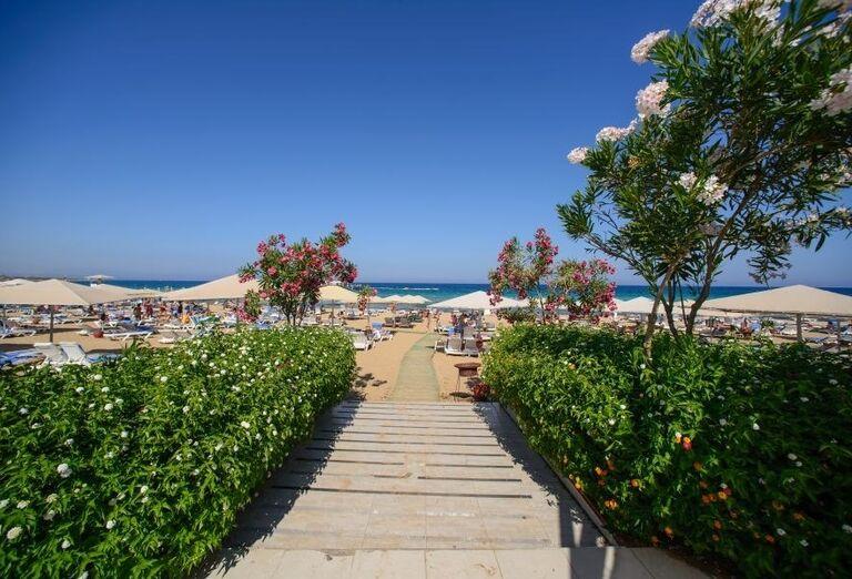 Chodník ku pláži z hotela Kaya Artemis Resort