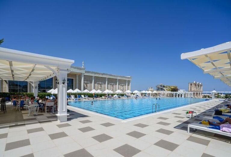 Pohľad na bazén hotela Kaya Artemis Resort