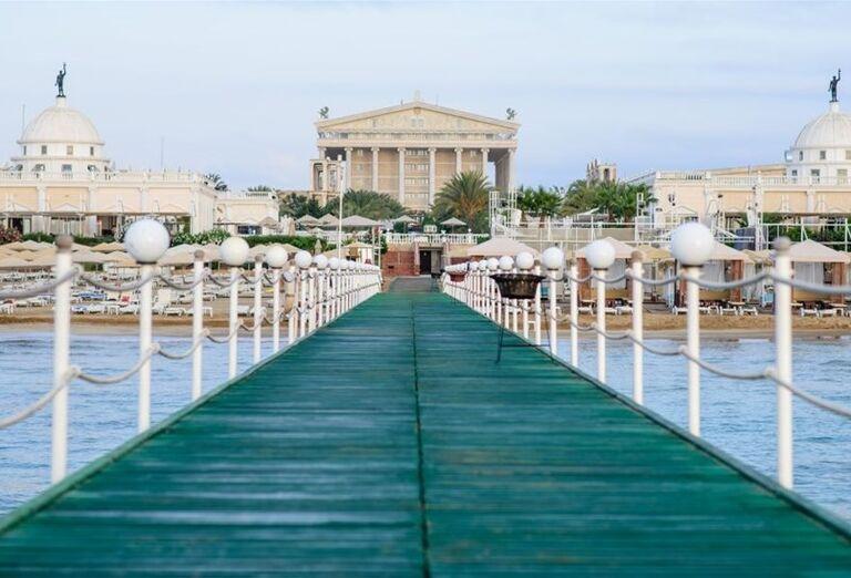 Mólo nad morom vedúce k hotelu Kaya Artemis Resort