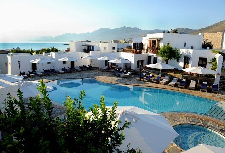 Bazén v pozadí s hotelom Creta Maris Beach Resort