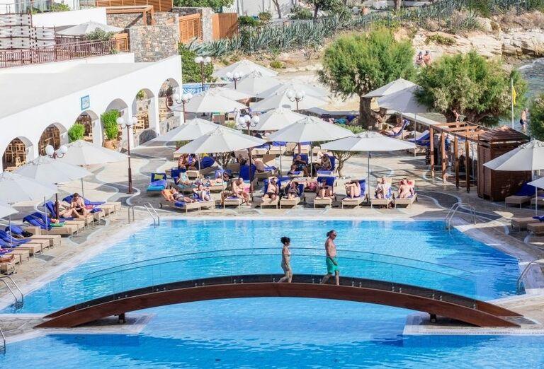 Oddych pri bazéne v hoteli Creta Maris Beach Resort