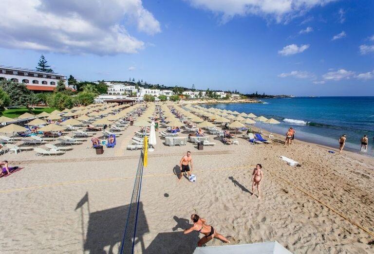 Pláž a volejbalové ihrisko pred hotelom Creta Maris Beach Resort