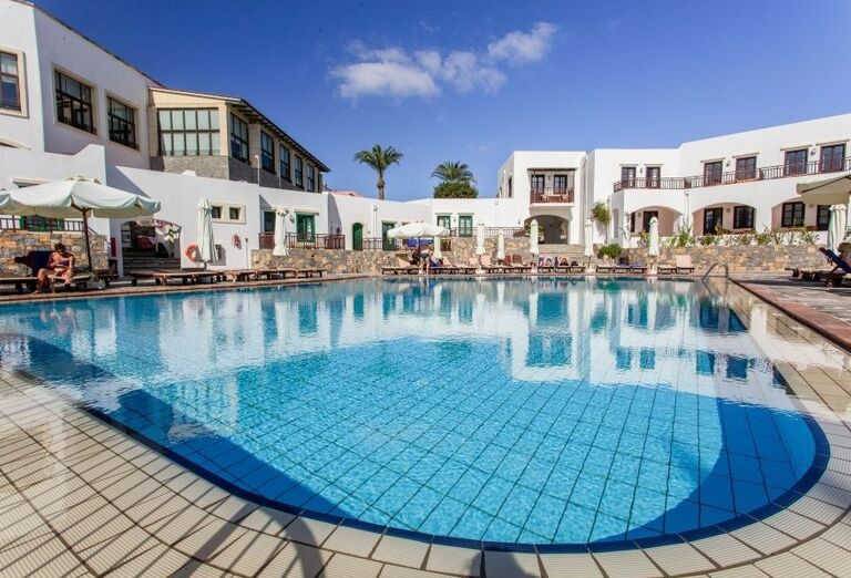 Pohľad od bazéna na hotel Creta Maris Beach Resort