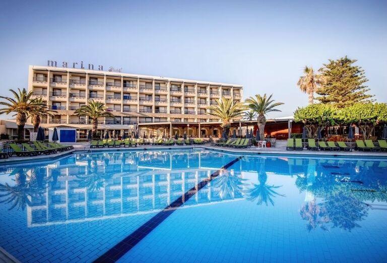 Pohľad od bazéna na hotel Sunconnect Marina Beach