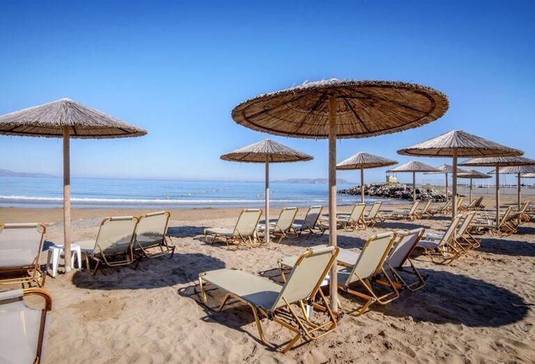 Pláž so slnečníkmi a ležadlami v hoteli Sunconnect Marina Beach