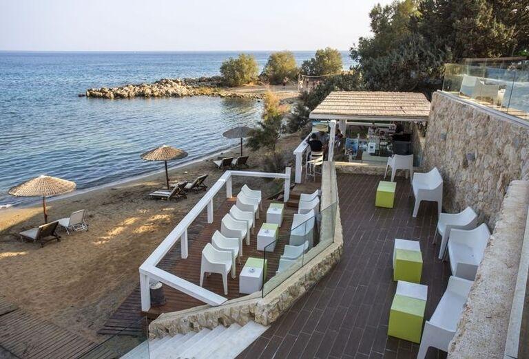 Terasa pri pláži v hoteli Sunrise