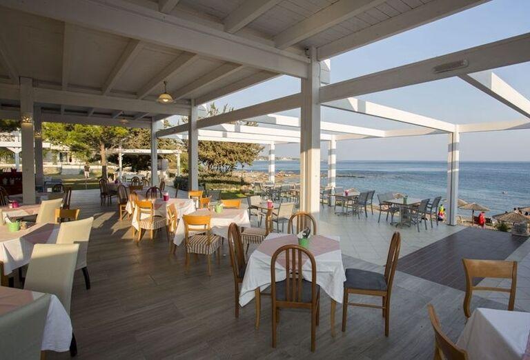 Terasa s výhľadom na more v hoteli Sunrise