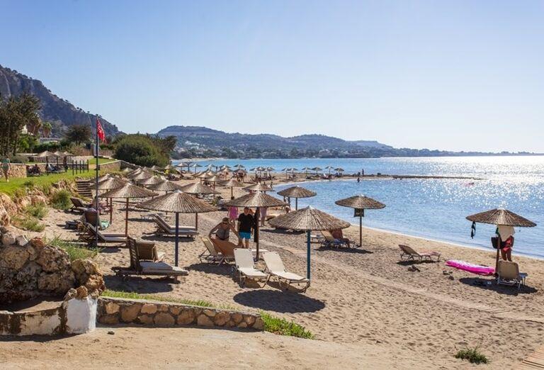 Pláž so slamenými slnečníkmi v hoteli Sunrise