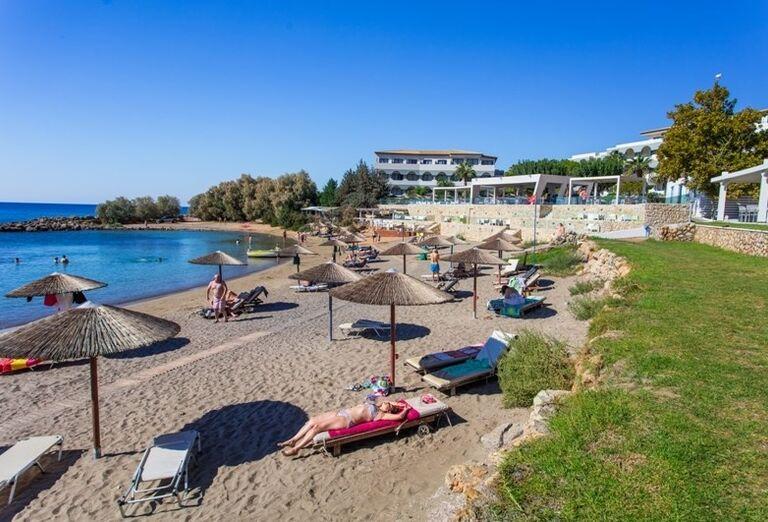 Pláž so slamenými slnečníkmi v hoteli Sunris