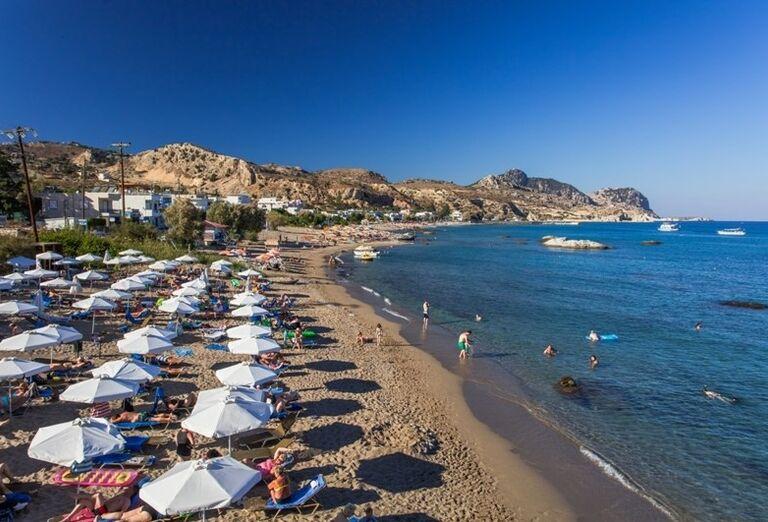 Pláž pred hotelom Porto Angeli