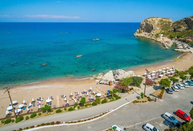 Pohľad z výšky na pláž a more pred hotelom Porto Angeli