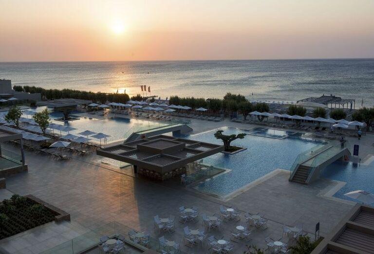 Pohľad na východ slnka pri bazéne hotela Amada Colossos resort