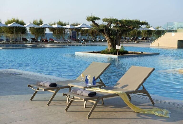 Lehátka pri bazéne hotela Amada Colossos resort
