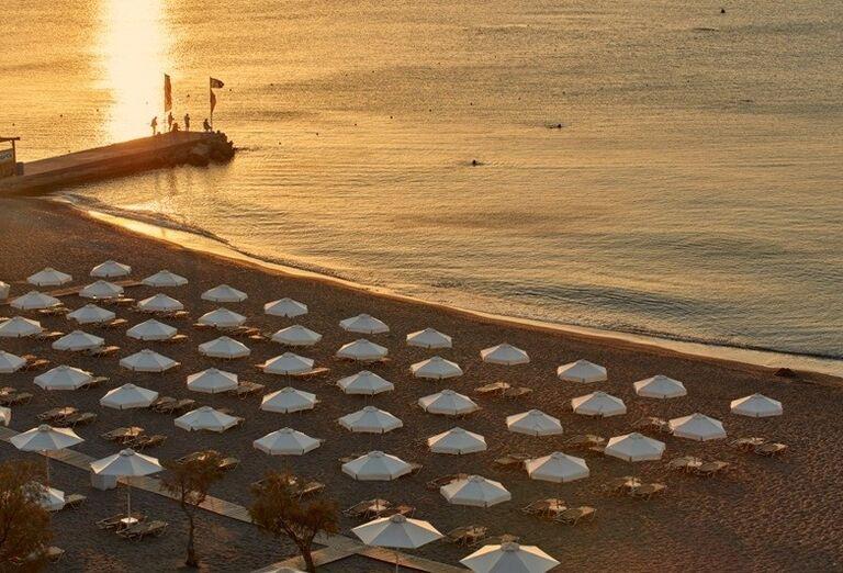 Pláž s mólom hotela Amada Colossos resort