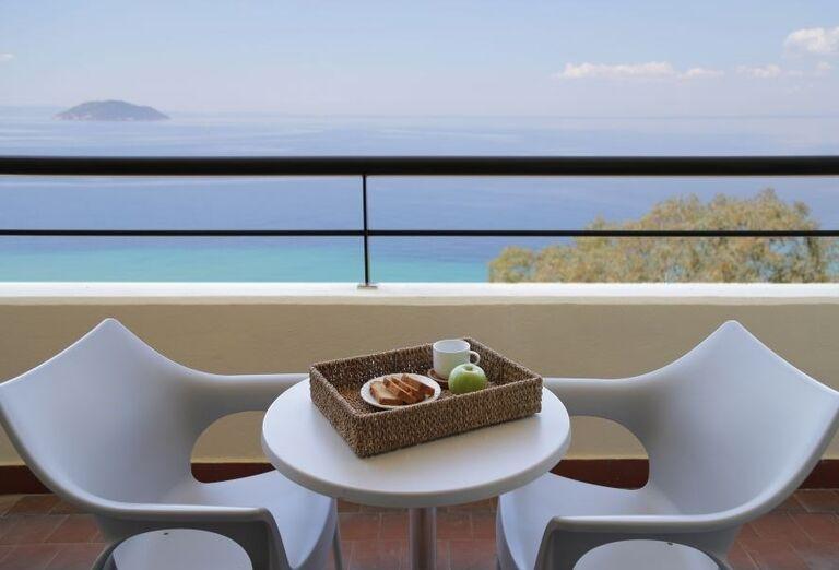 Terasa s výhľadom na more v hoteli Porto Carras Sithonia