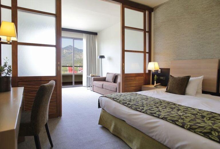 Izba s výhľadom na hory v hoteli Porto Carras Sithonia