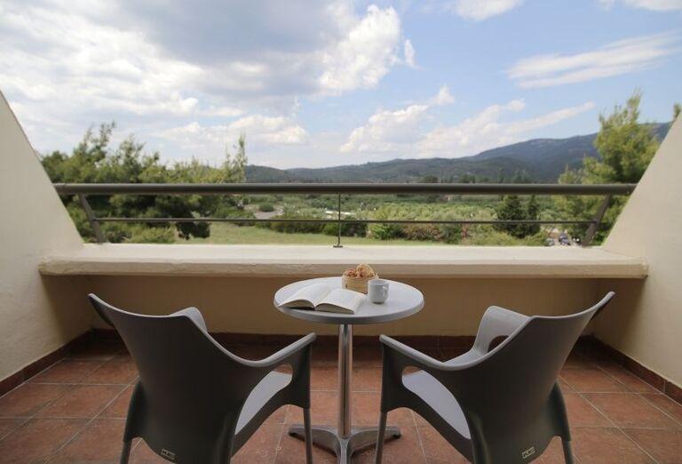 Terasa s výhľadom na hory v hoteli Porto Carras Sithonia