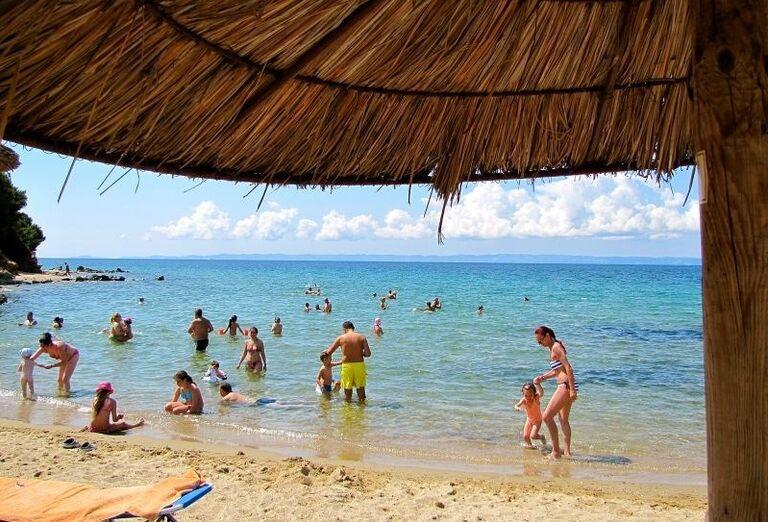 Pláž a more pred hotelom Village Mare