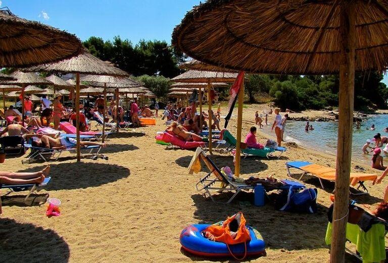 Oddych na pláži pred hotelom Village Mare