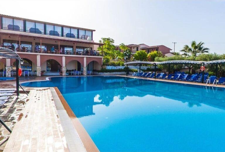 Oddych pri bazéne v hoteli Village Mare