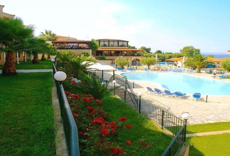 Pohľad zo záhrady na bazén v hoteli Village Mare