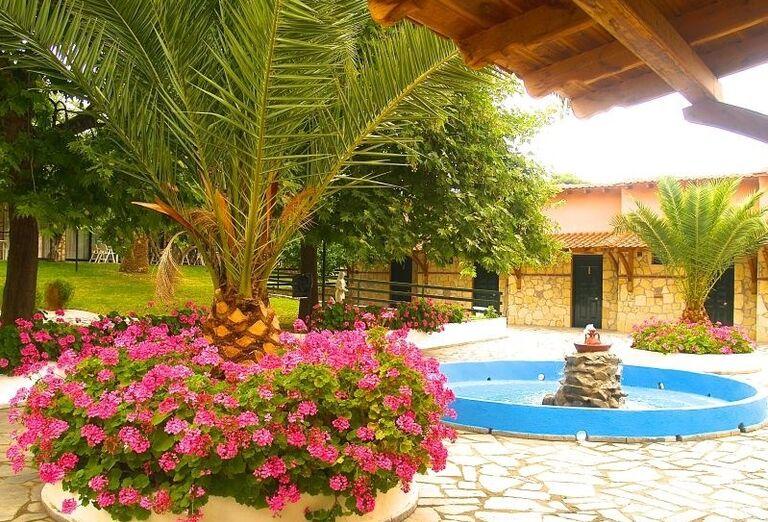 Fontána v areáli hotela Village Mare