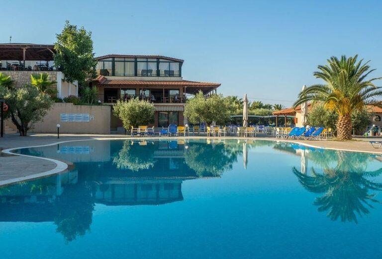 Pohľad od bazéna na časť hotela Village Mare